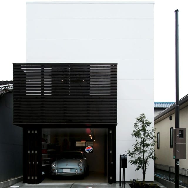 ビンテージなガレージのある家