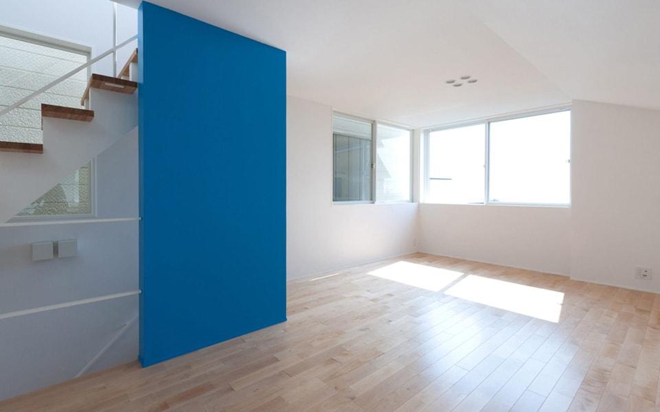 青くペイントした壁がリビングに映える。内部もNさんご夫婦の大好きな色があちこちに。