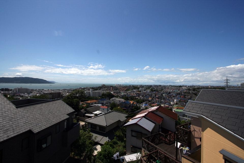 屋上からは瀬戸内海と明石海峡大橋が見え、ランチやバーベキューに最適なロケーション。