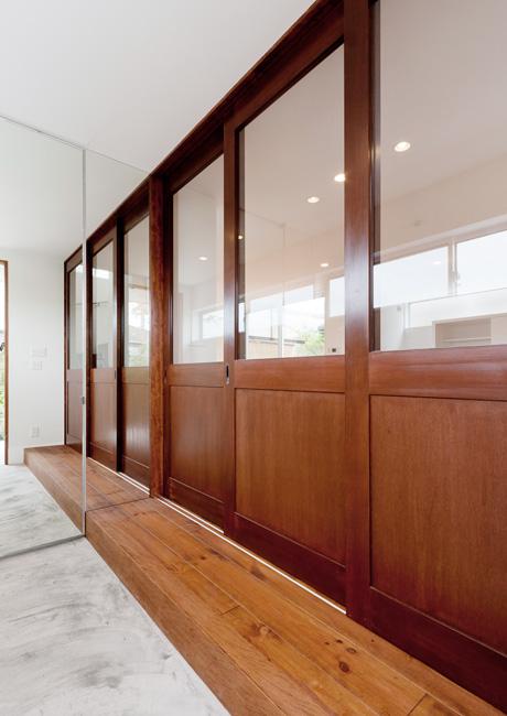 玄関とリビングとが一体になるようにデザインされた玄関。