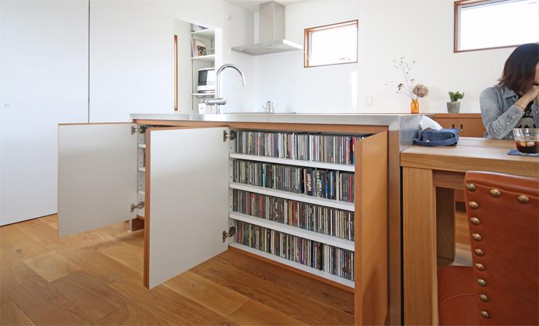 アイランドキッチン背面の収納スペース