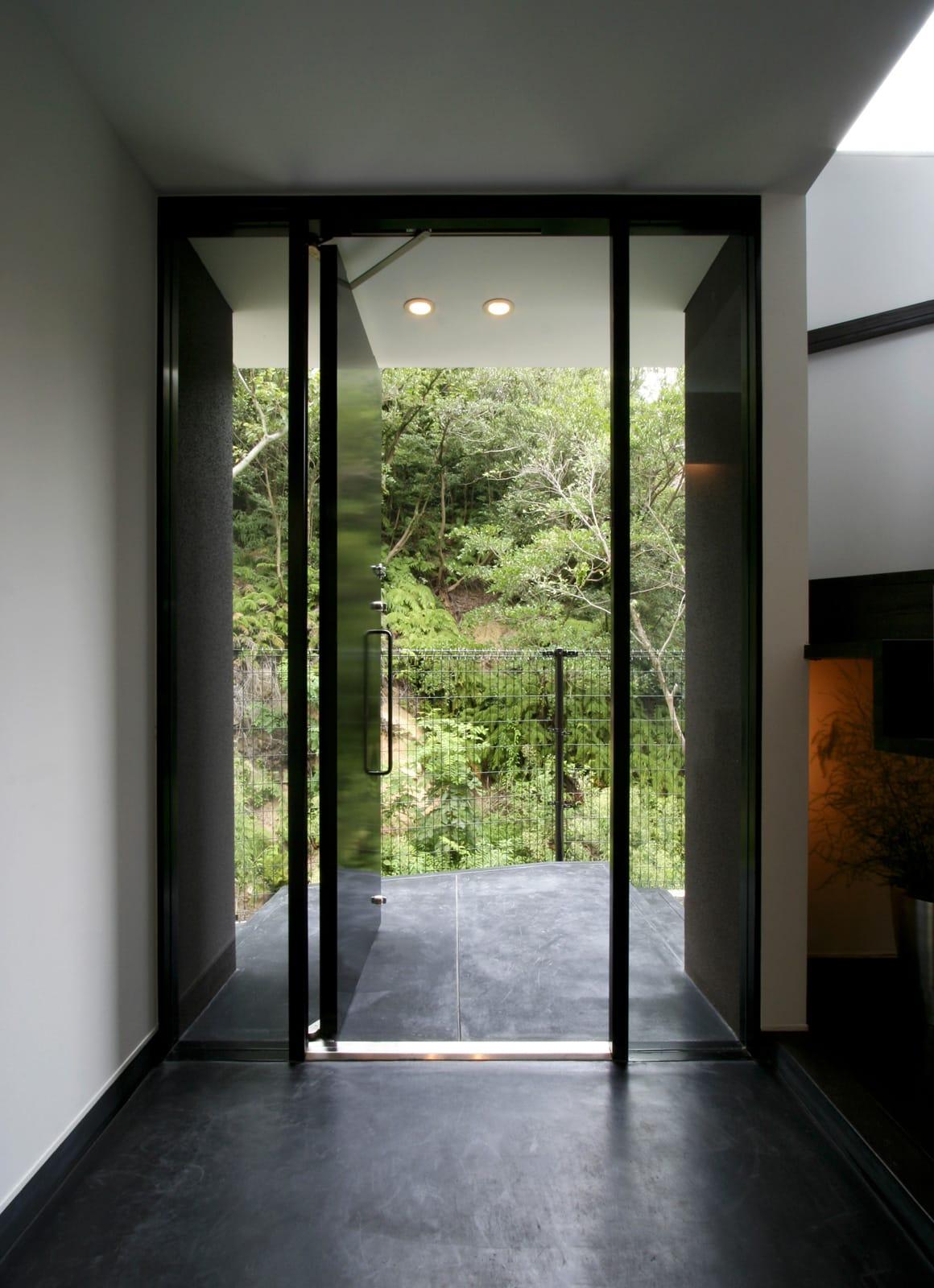 眺望と森をリビングで感じる家の玄関(土間・ホール)1