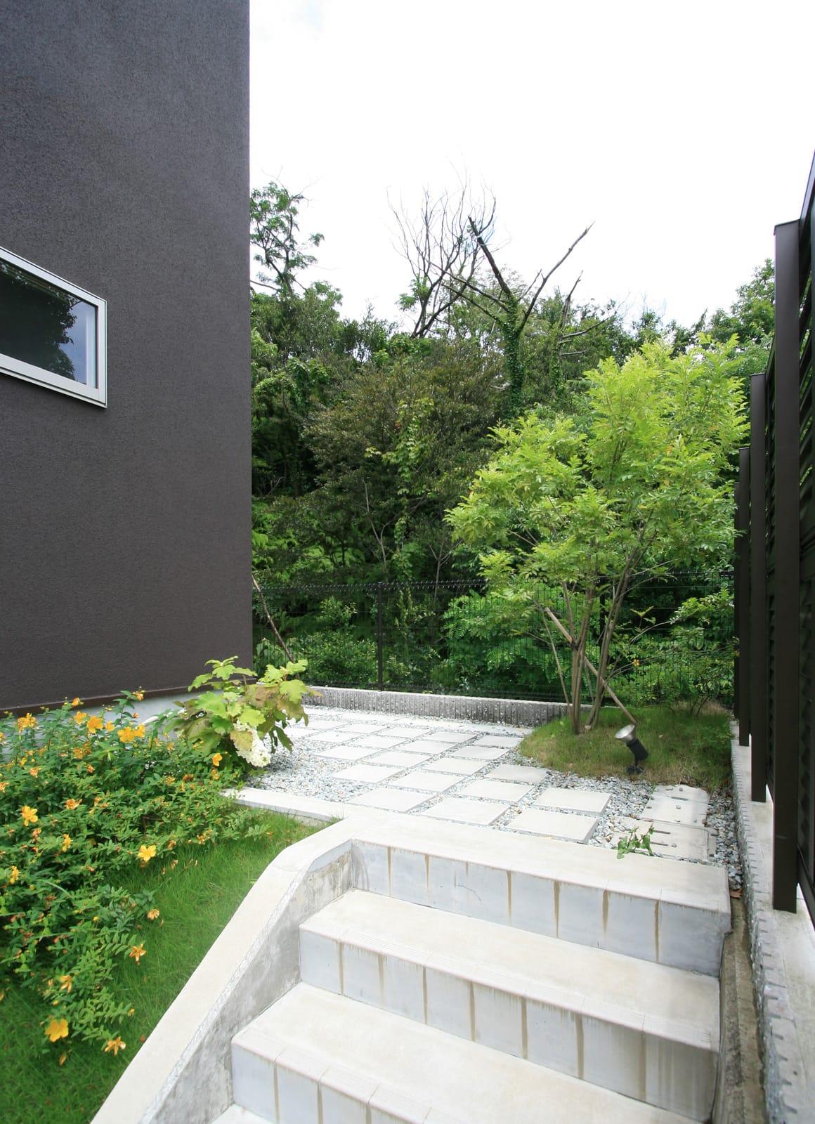 眺望と森をリビングで感じる家の外観2