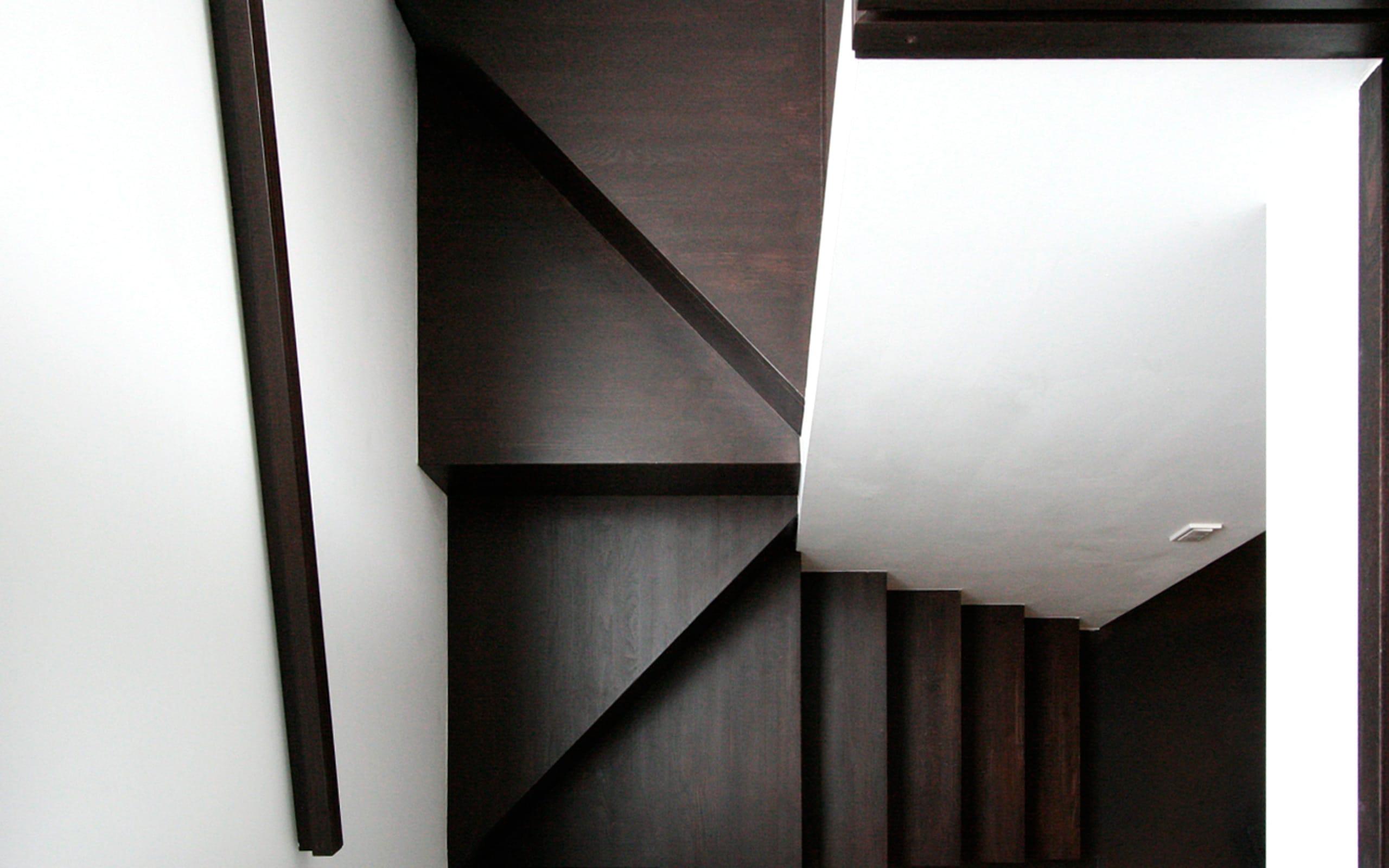 眺望と森をリビングで感じる家の階段2