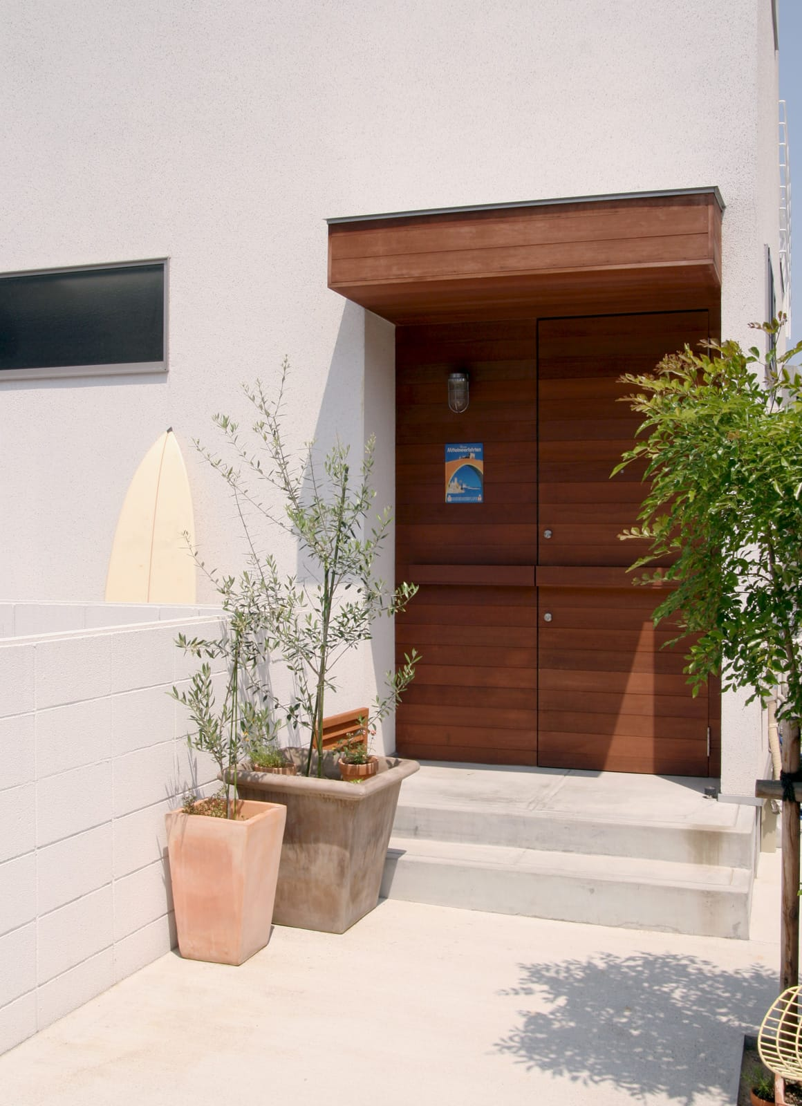 海と山を望む高台にある白い家の玄関(土間・ホール)1