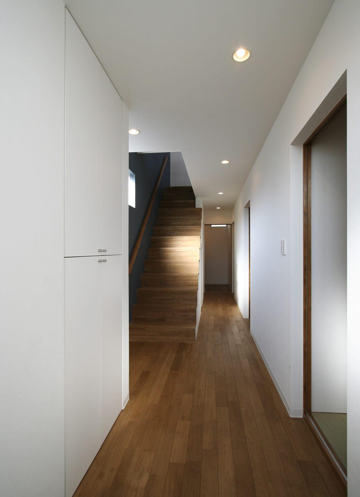 海と山を望む高台にある白い家の階段1