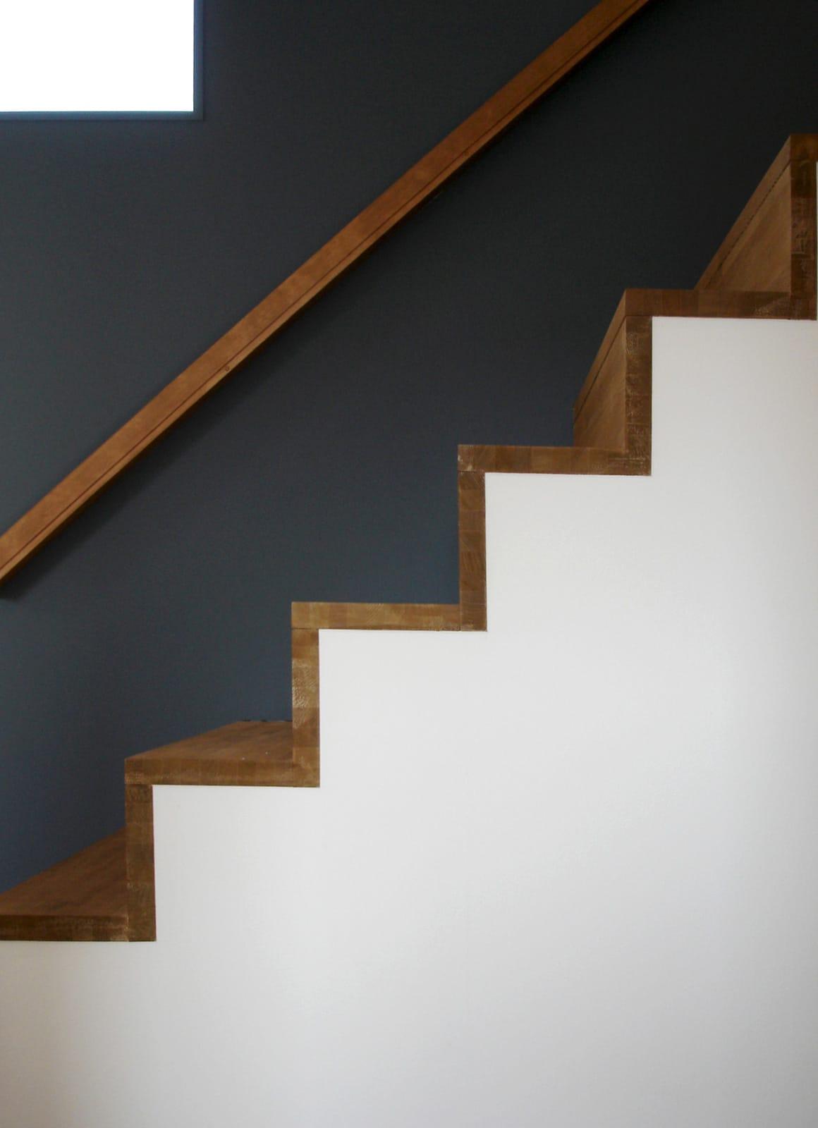 海と山を望む高台にある家の階段(木製)1