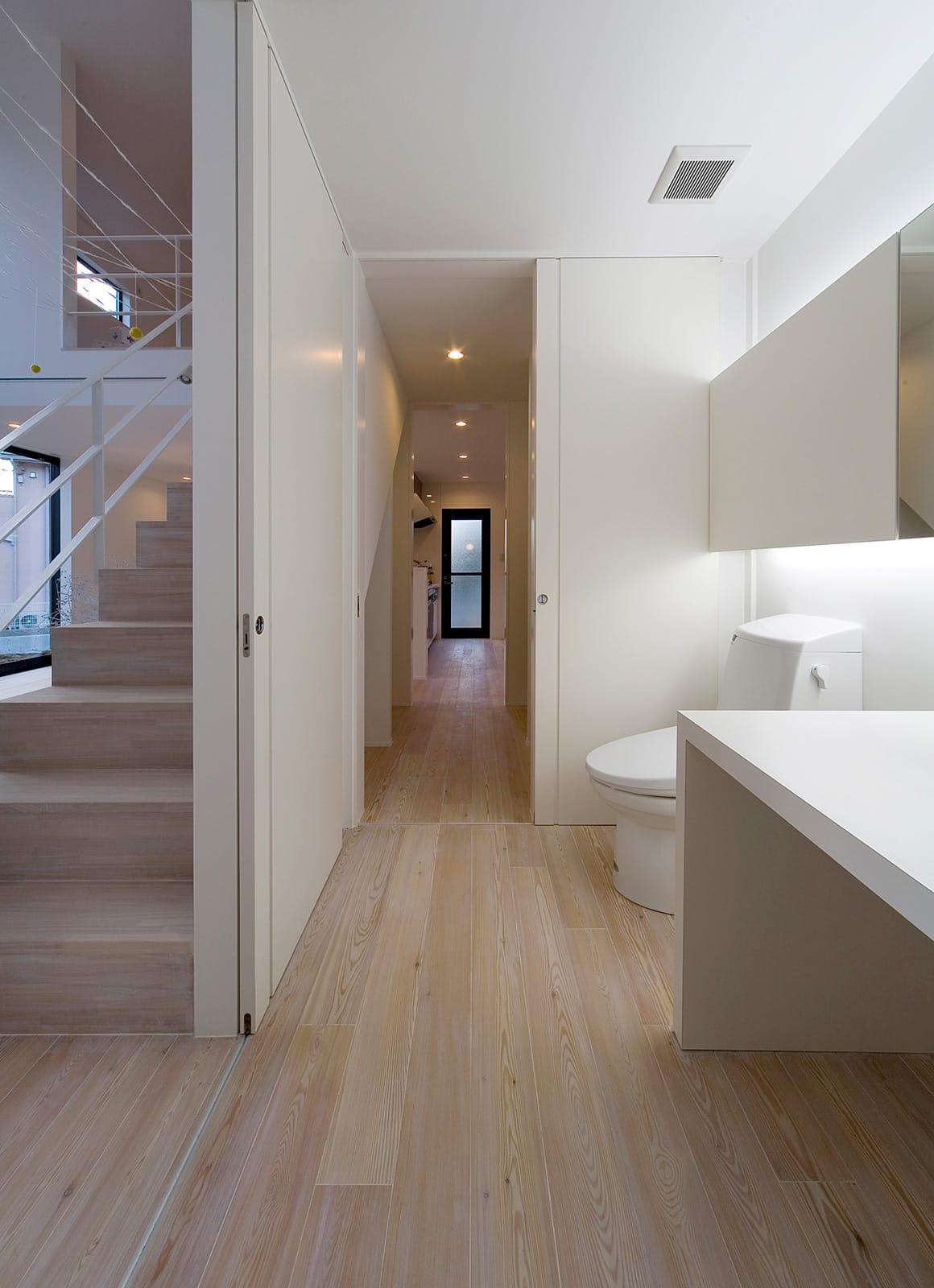 吹抜が開放的な陽だまりの家のトイレ1