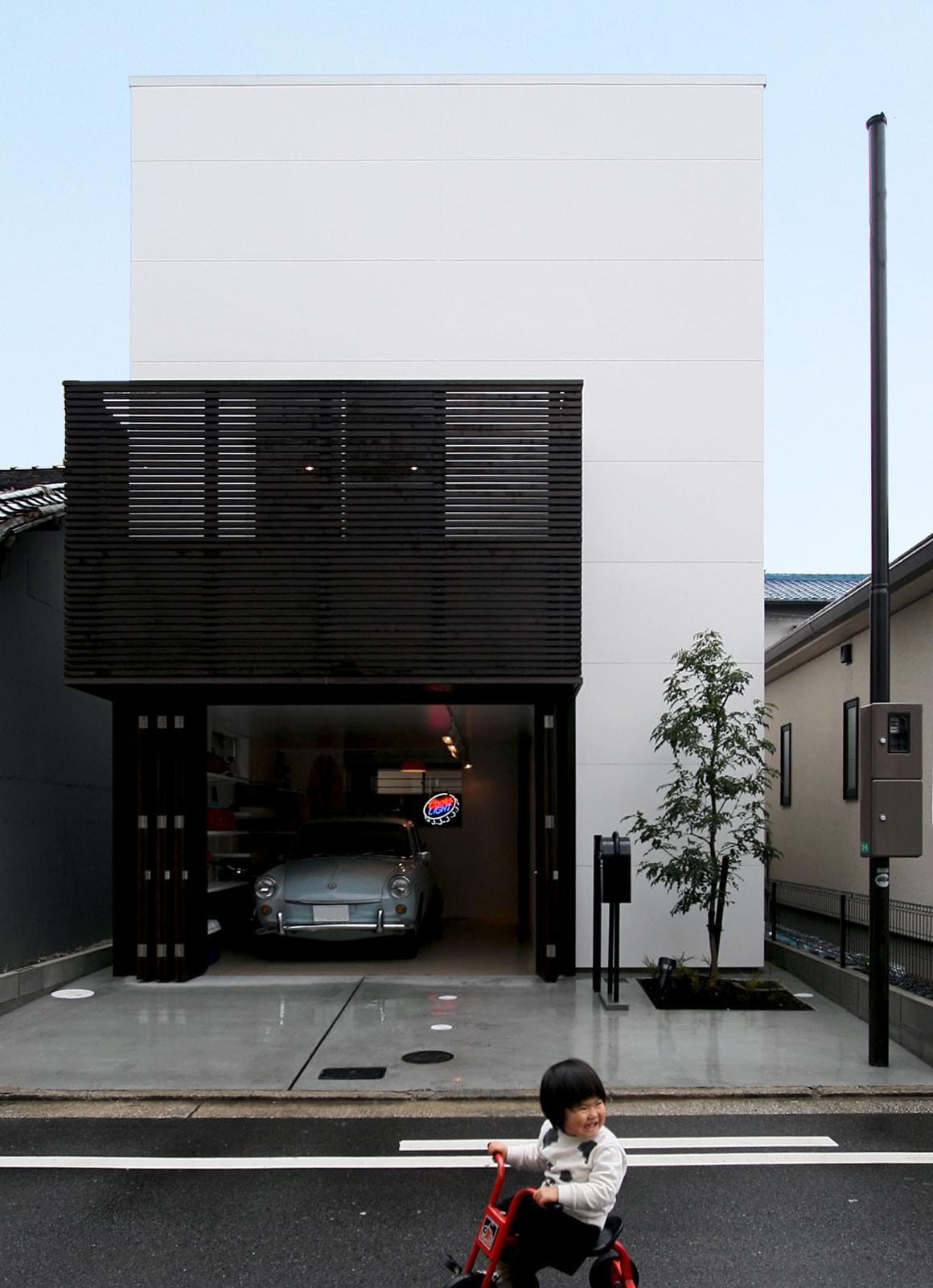 ビンテージなガレージのある家の外観1