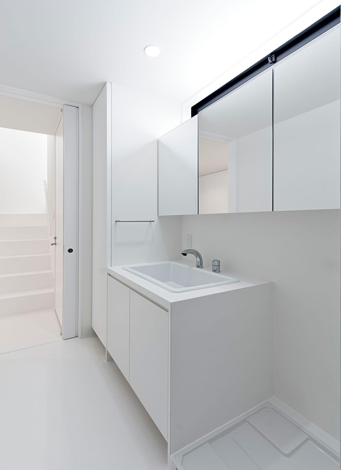 ホワイトキューブハウスの浴室・洗面室1