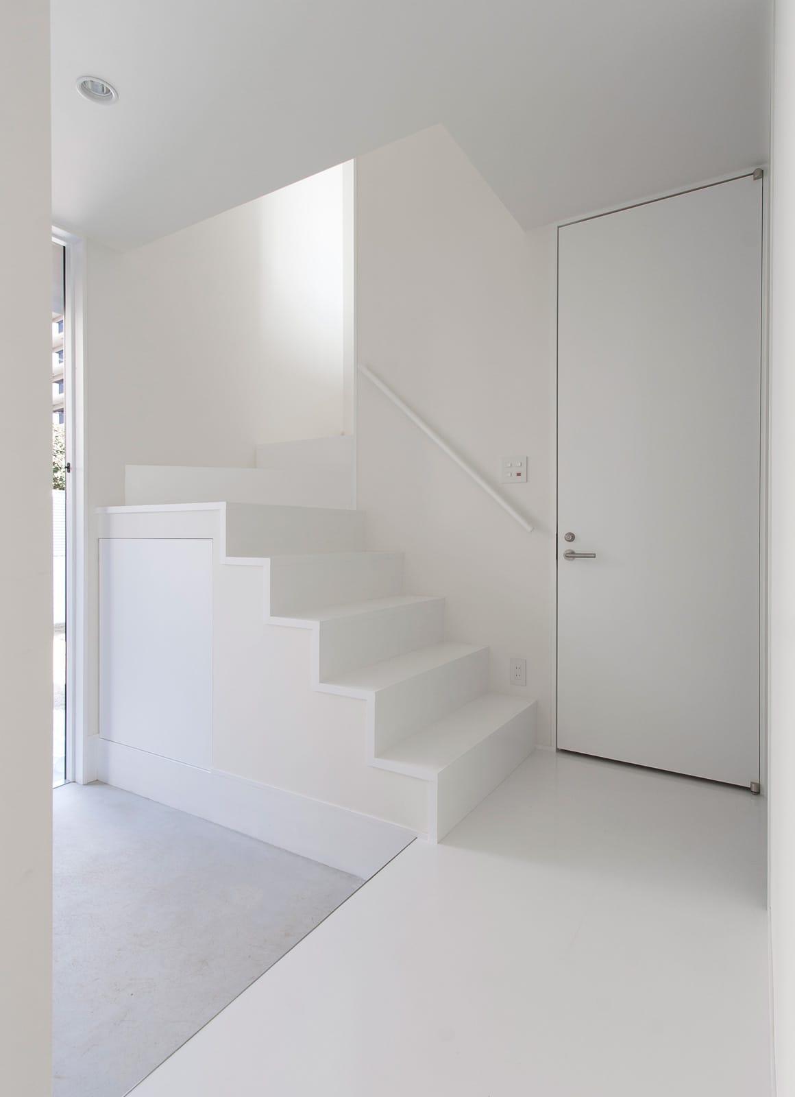 ホワイトキューブハウスの階段(木製)1