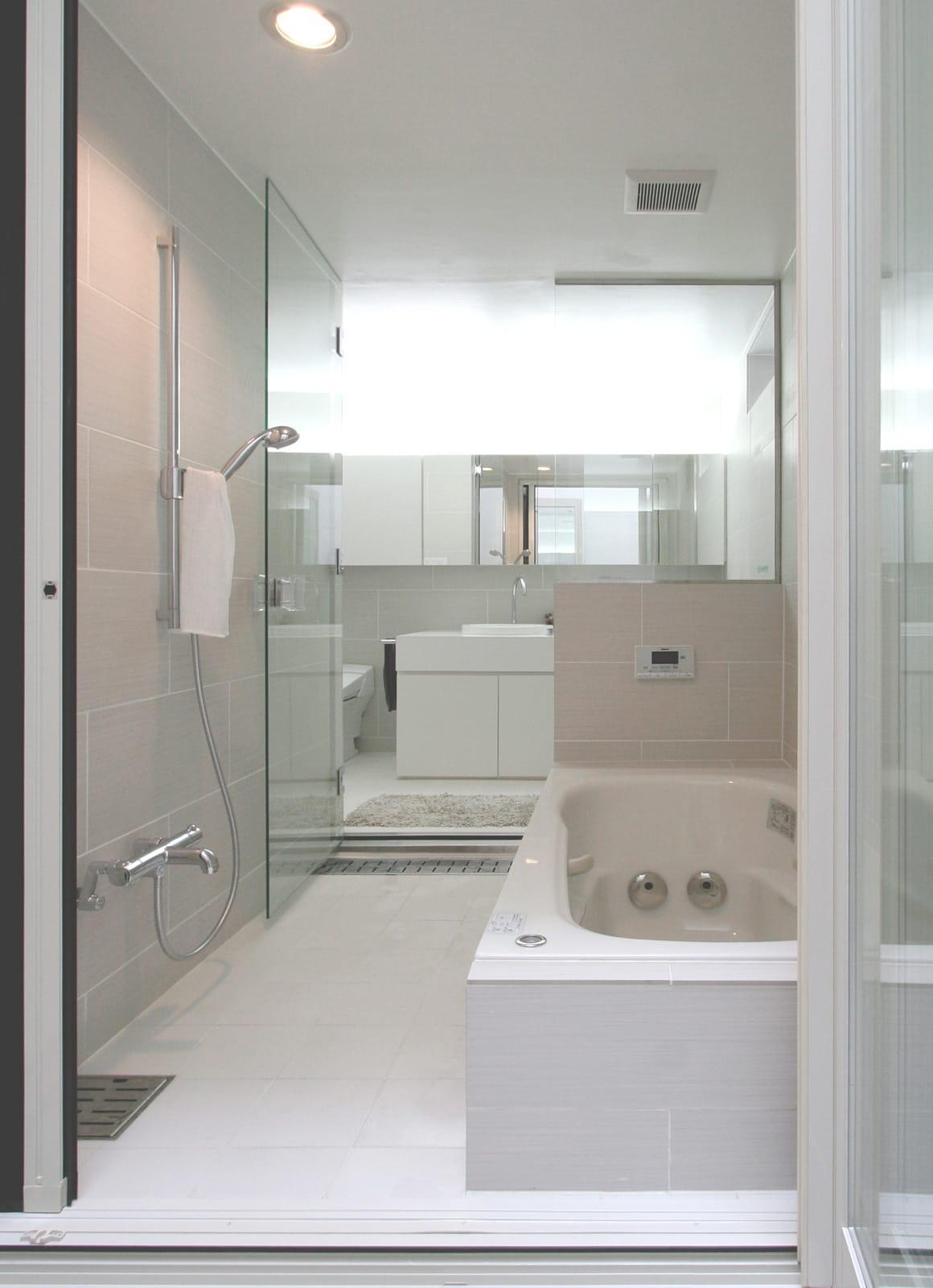 インナーテラスのある明るい住宅の浴室・洗面室1