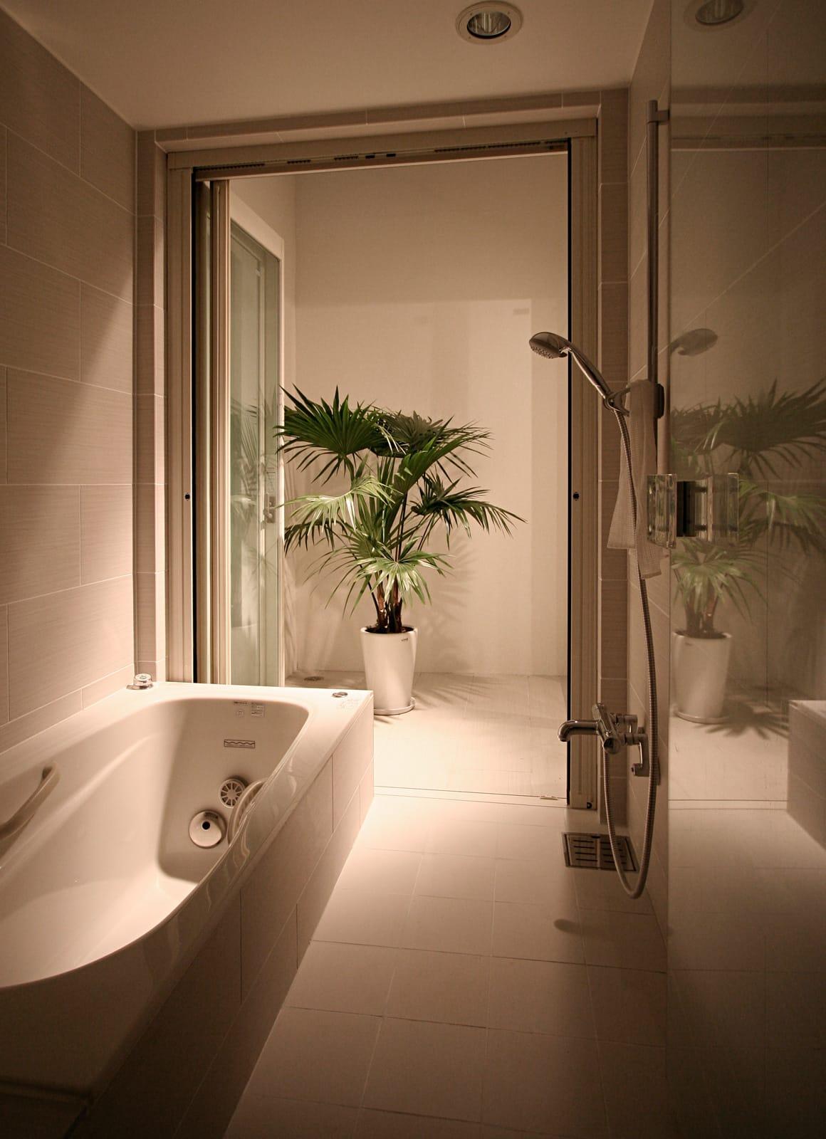 インナーテラスのある明るい住宅の浴室・洗面室2
