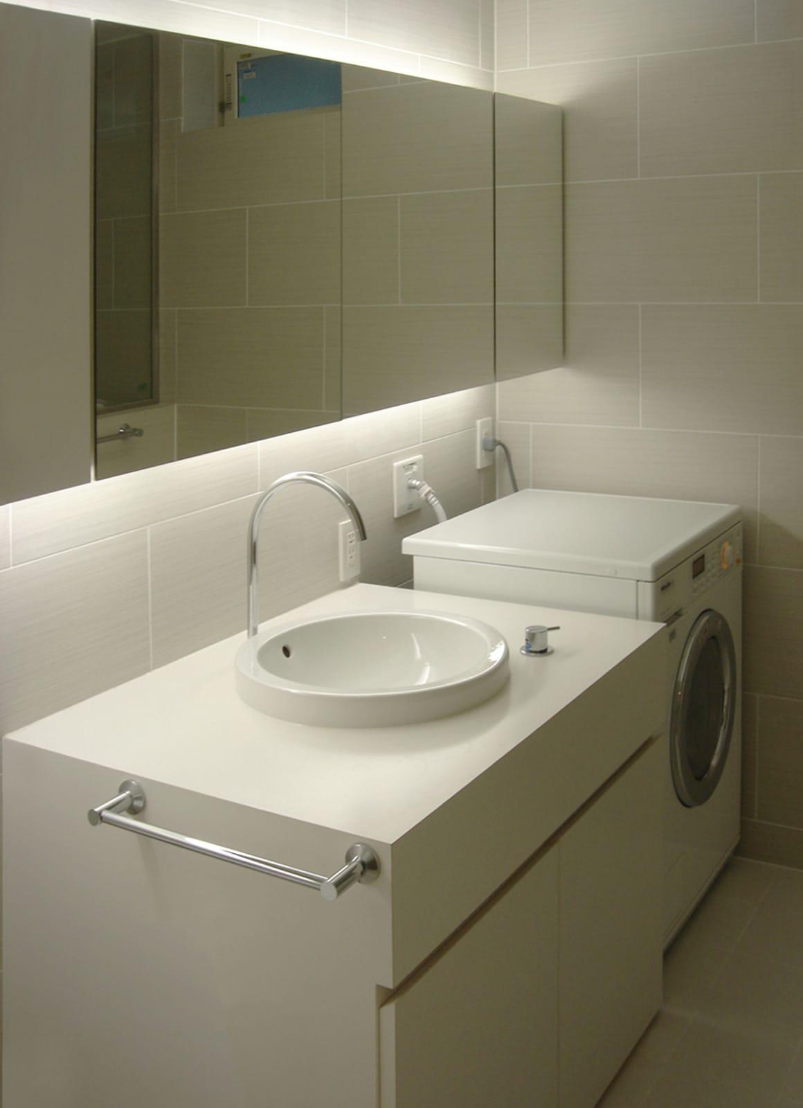 インナーテラスのある明るい住宅の浴室・洗面室3