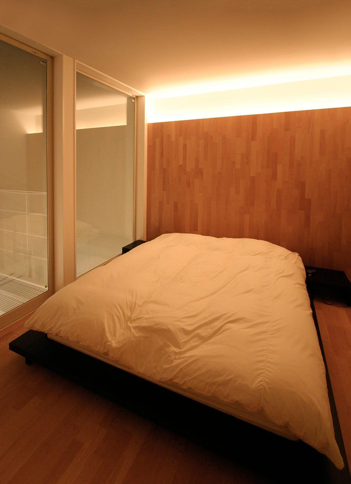 インナーテラスのある明るい住宅のベッドルーム1