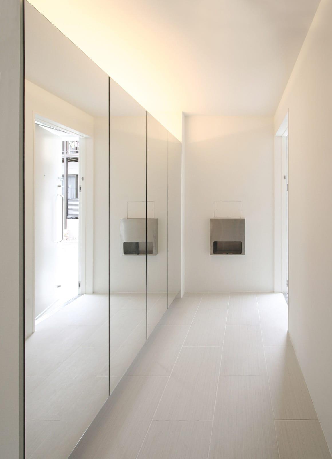 インナーテラスのある明るい住宅の収納(玄関)1