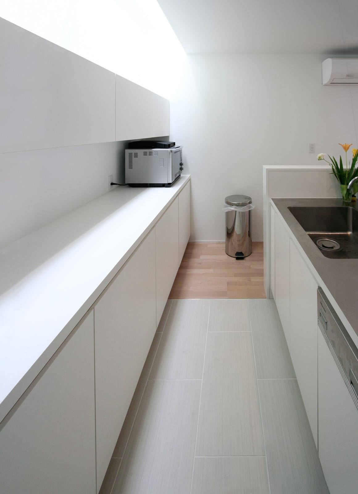 インナーテラスのある明るい住宅の収納(キッチン)1