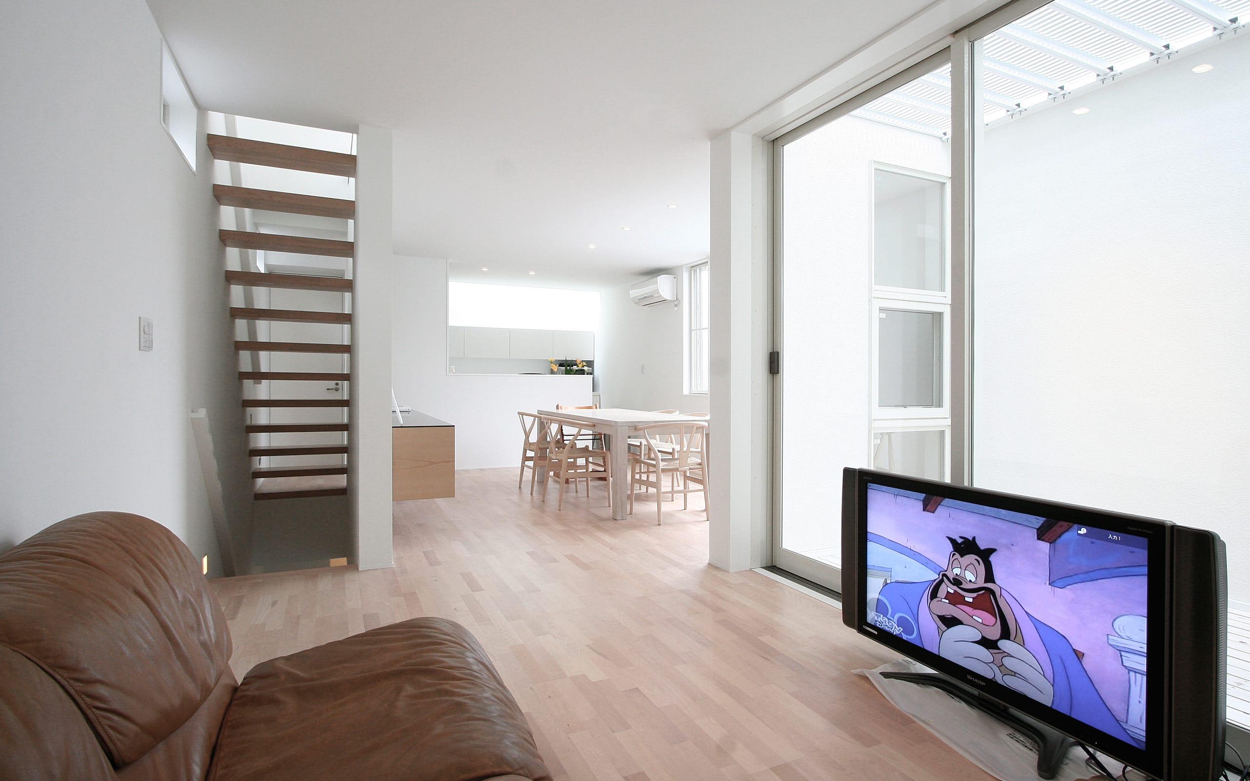 インナーテラスのある明るい住宅のLDK2