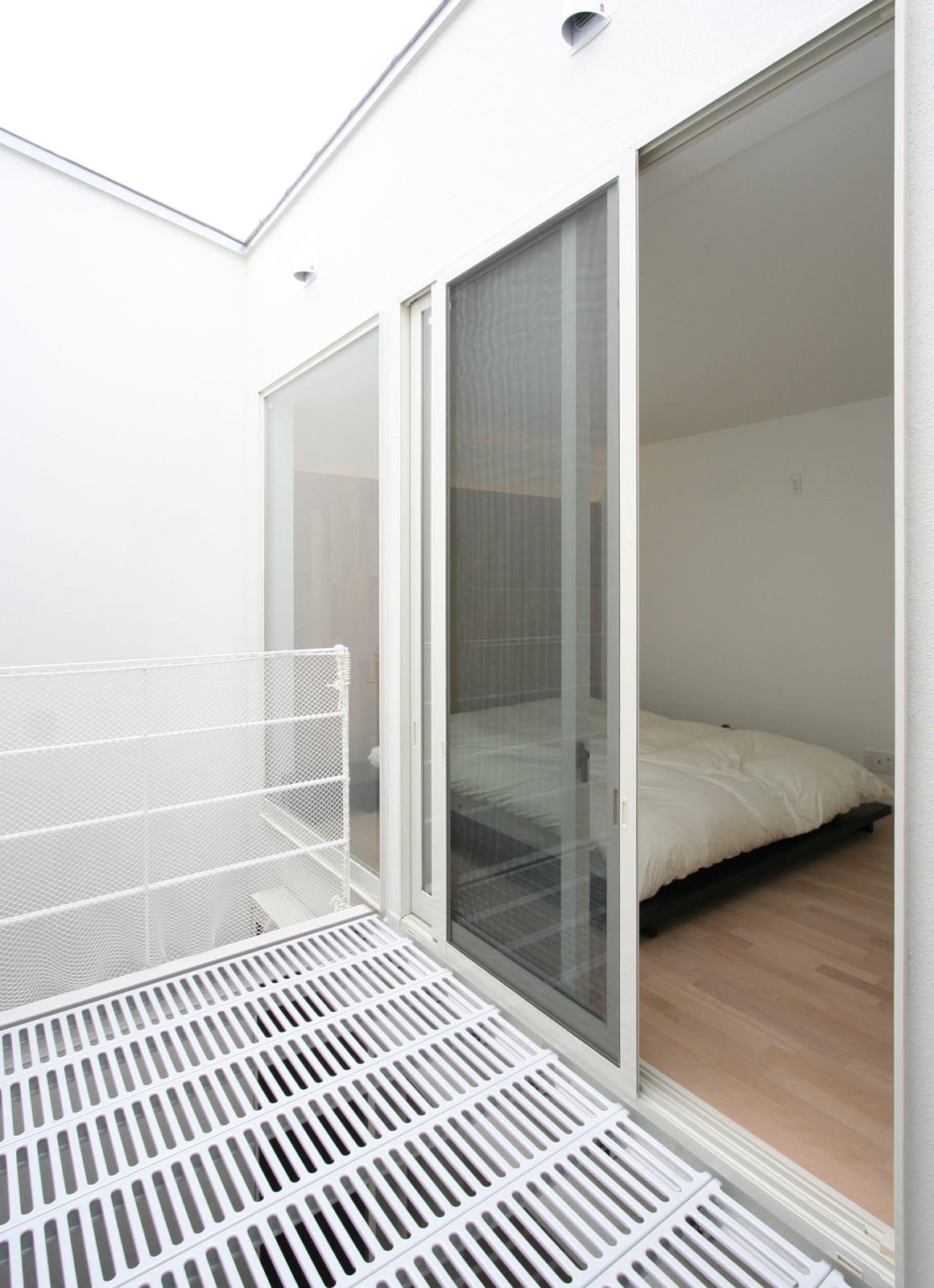 インナーテラスのある明るい住宅のテラス・バルコニー1