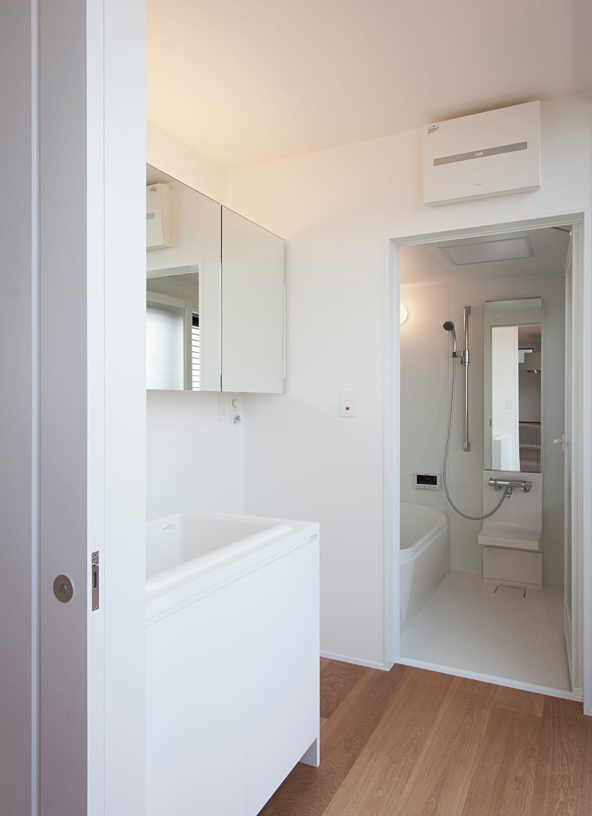 川と緑を眺めるシンプル住宅の浴室・洗面室1