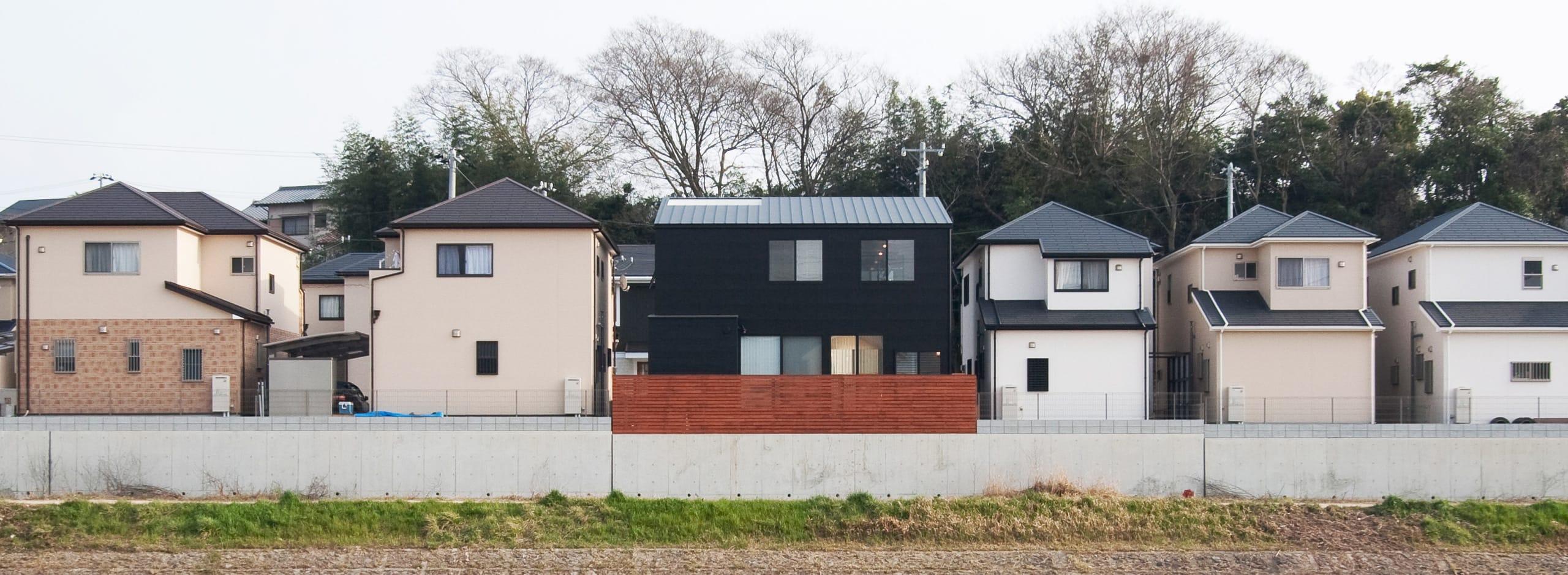 川と緑を眺めるシンプル住宅の外観2