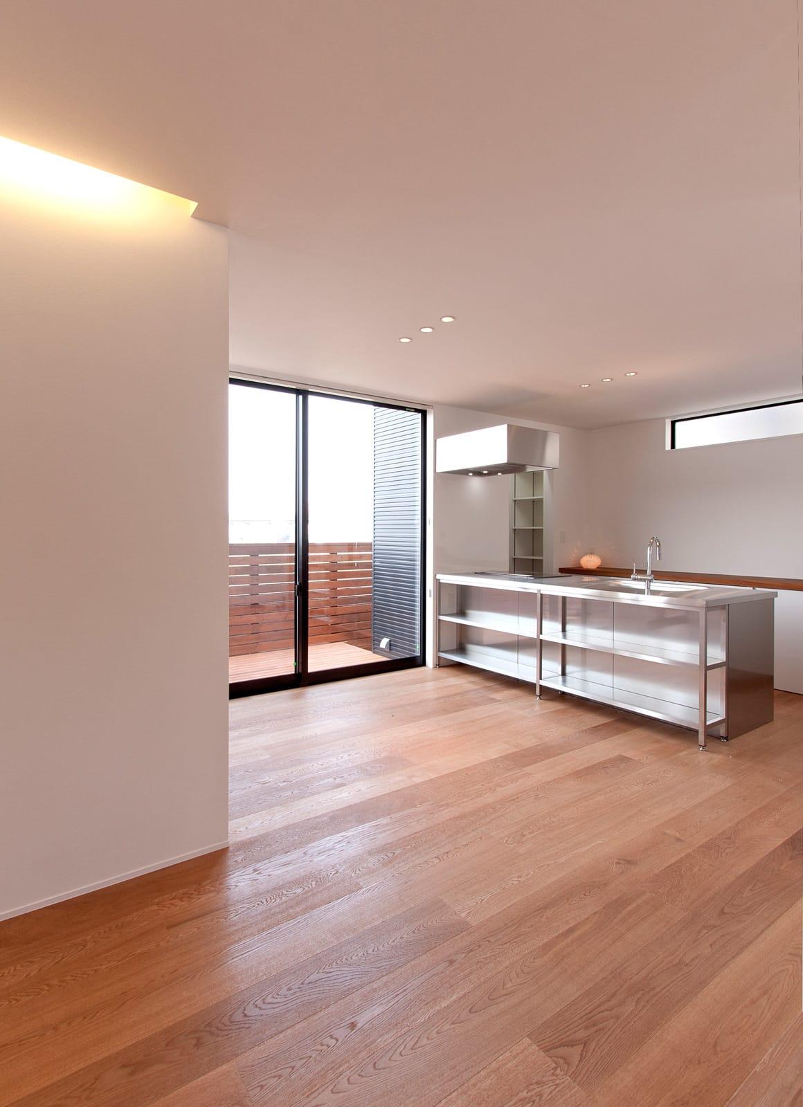 川と緑を眺めるシンプル住宅の収納(キッチン)1