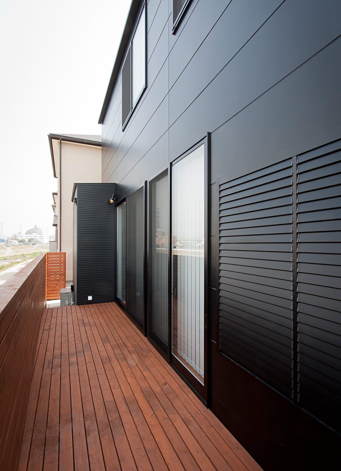 川と緑を眺めるシンプル住宅のテラス・バルコニー1