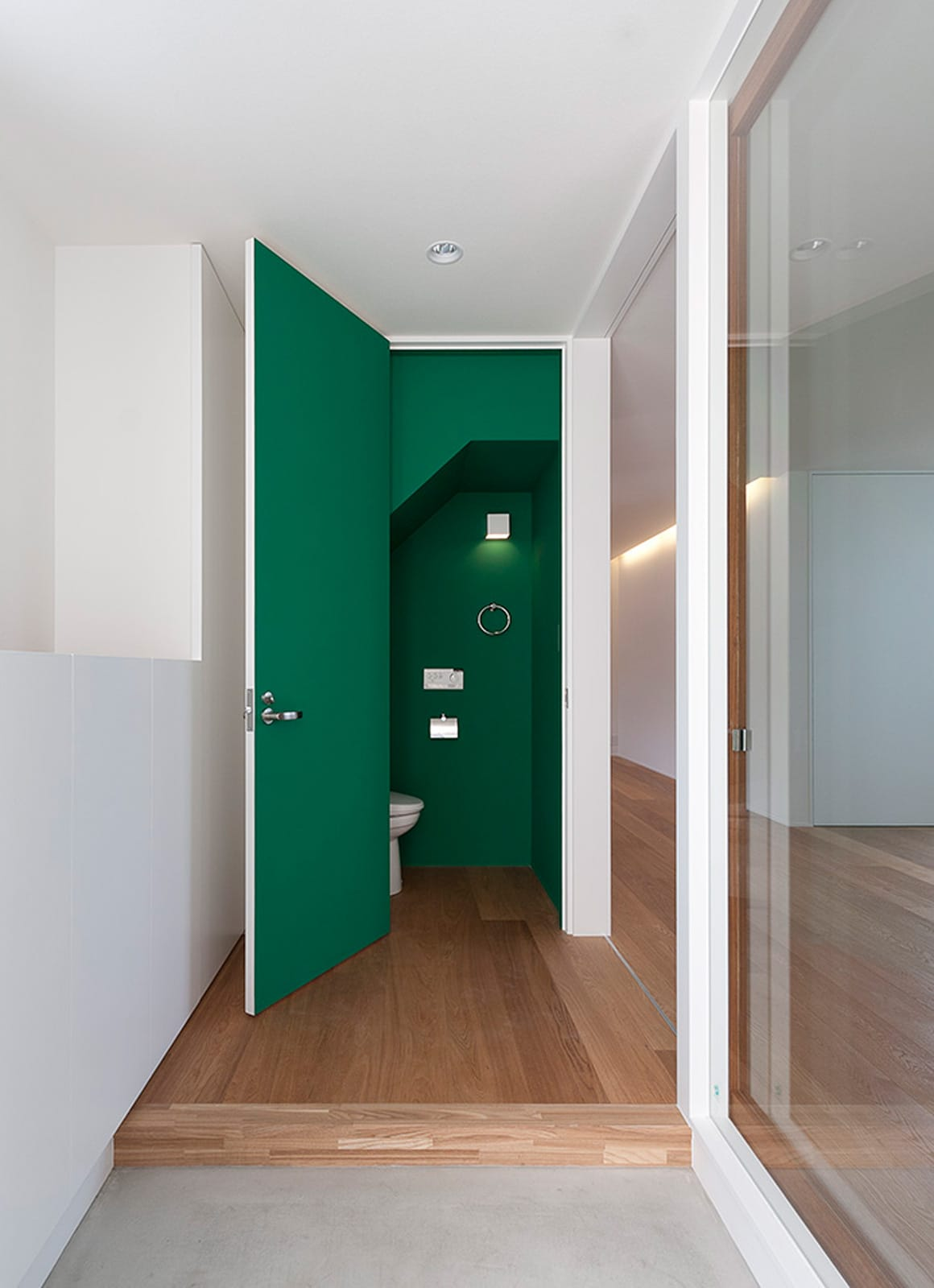 川と緑を眺めるシンプル住宅のトイレ1
