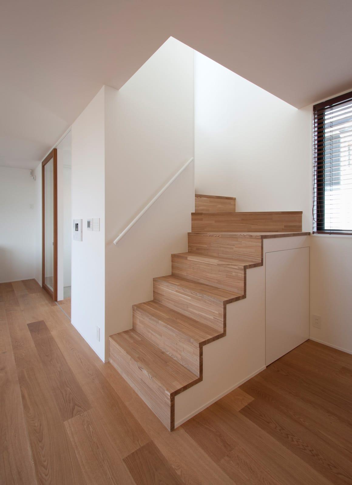 川と緑を眺めるシンプル住宅の階段(木製)1