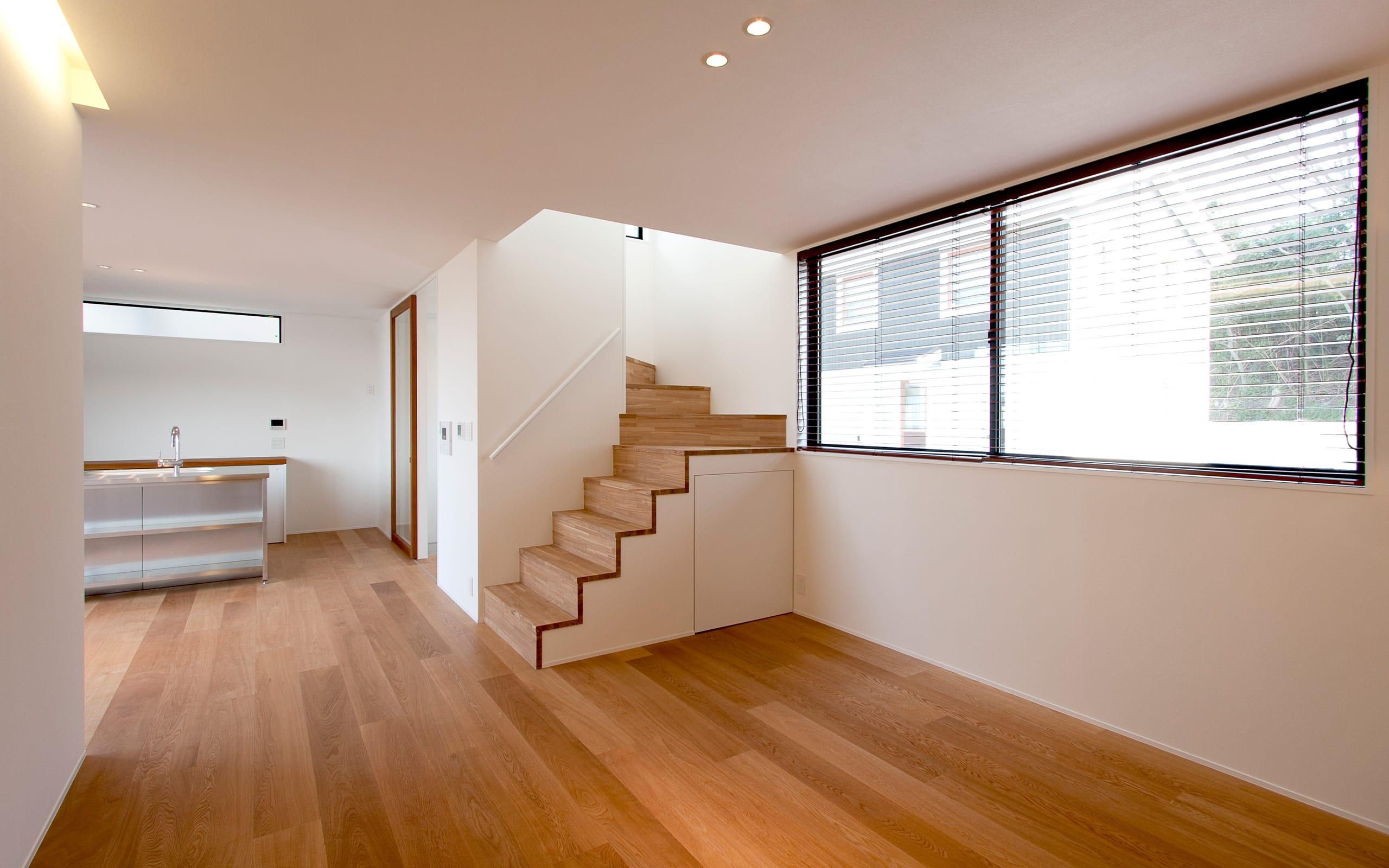 川と緑を眺めるシンプル住宅の階段(木製)2