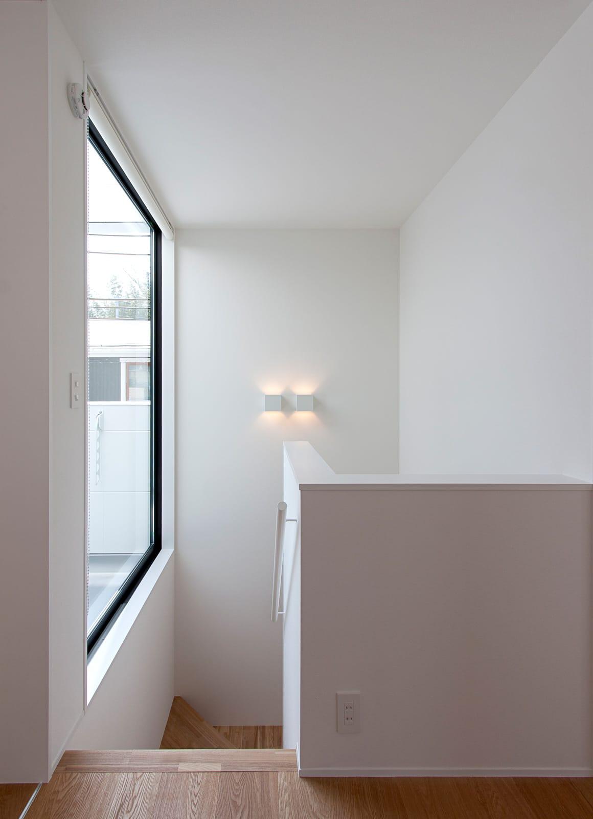 川と緑を眺めるシンプル住宅の階段(木製)3