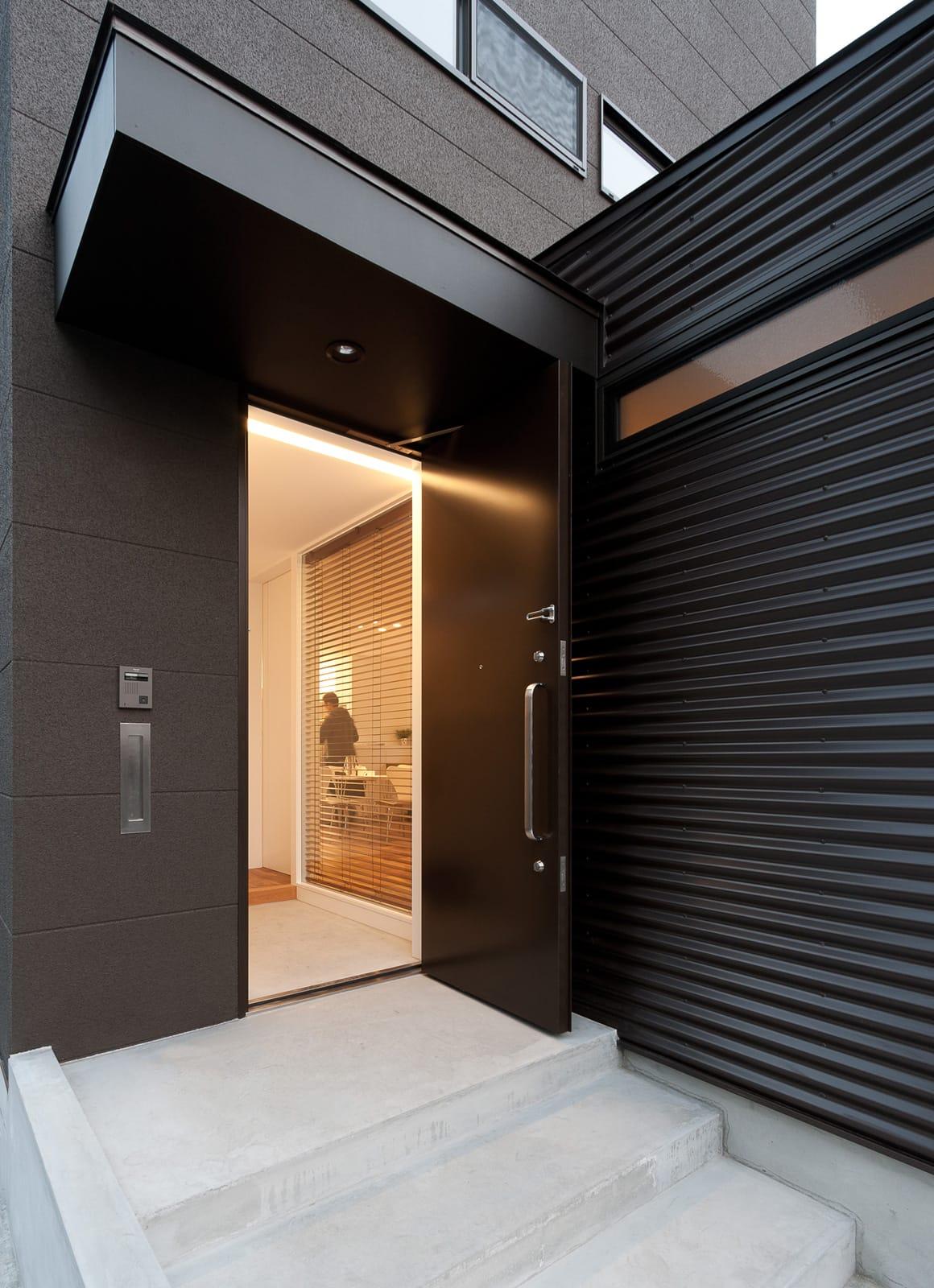 バランスのとれた優等生住宅のポーチ・玄関扉1