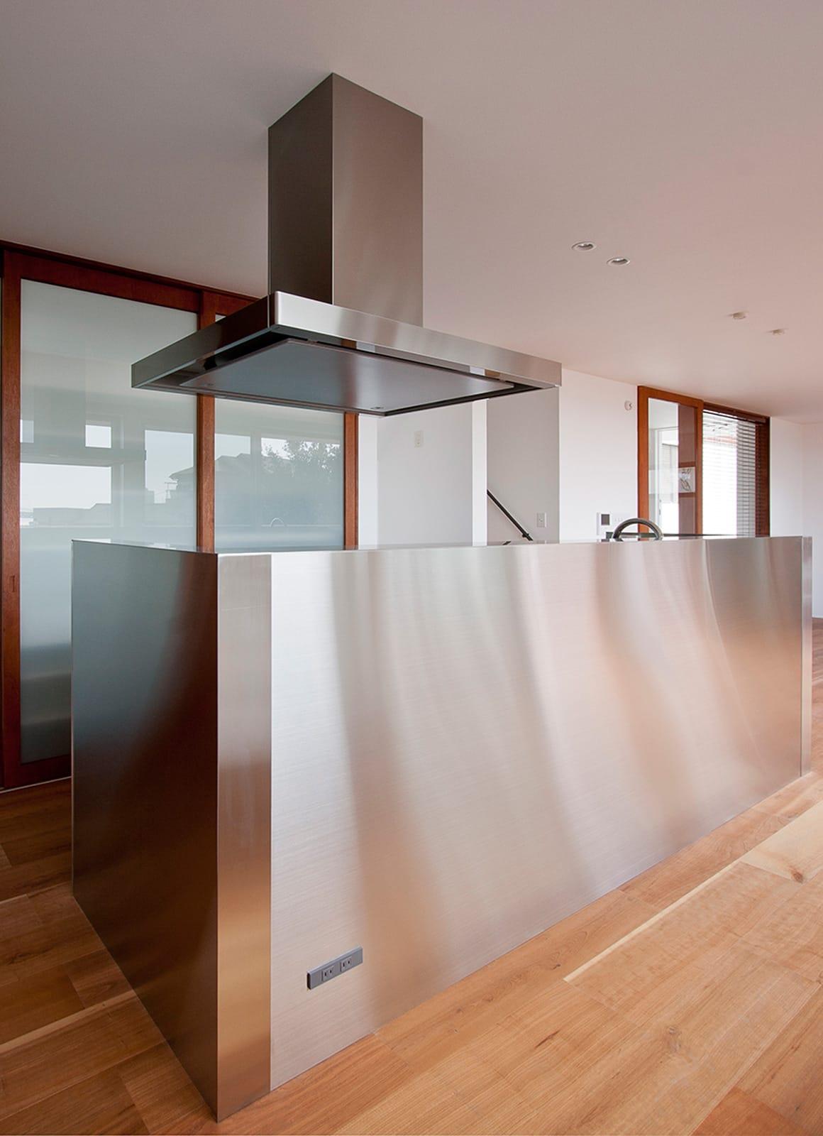 絶景!海を望む白い家の収納(キッチン)1