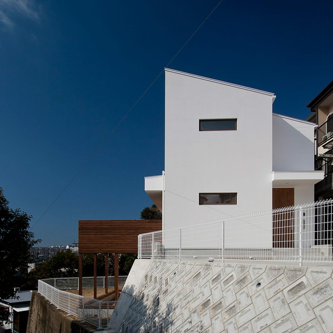 絶景!海を望む白い家