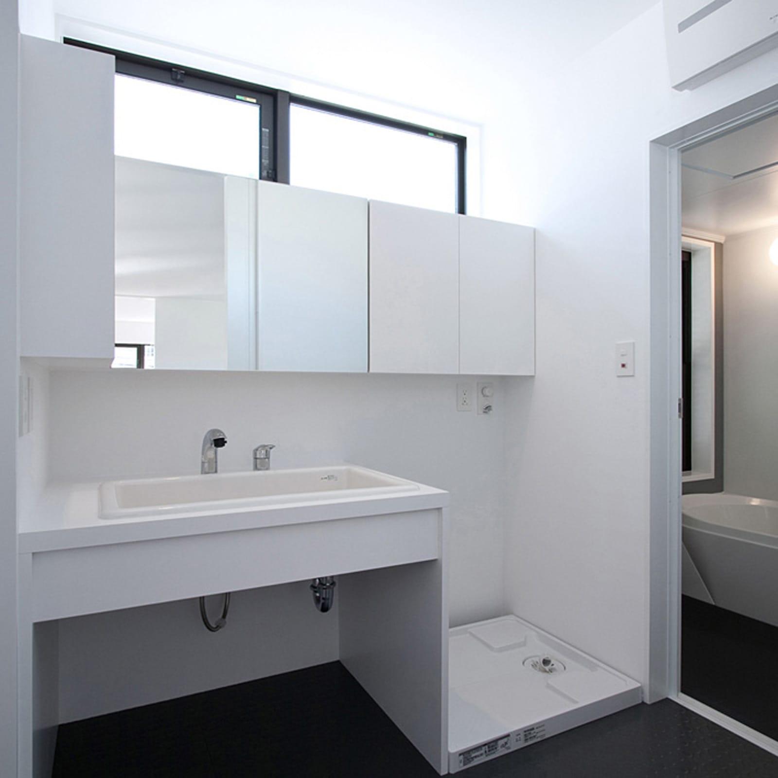 気配を感じる玄関土間のある家の浴室・洗面室1