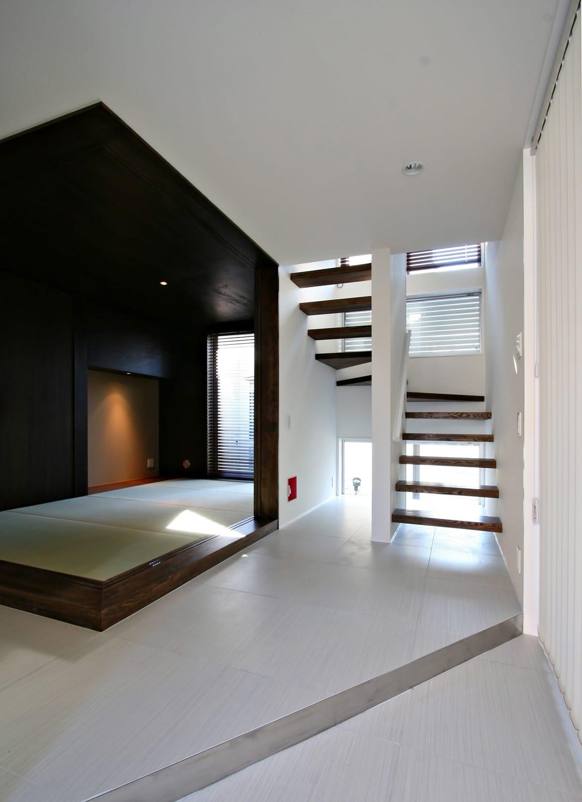 癒しのアクアリウムのある家の階段1