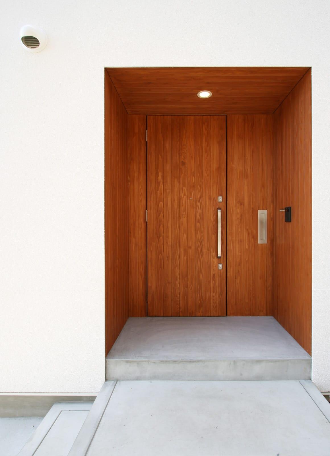 海と山を楽しめる二世帯住宅のポーチ・玄関扉1