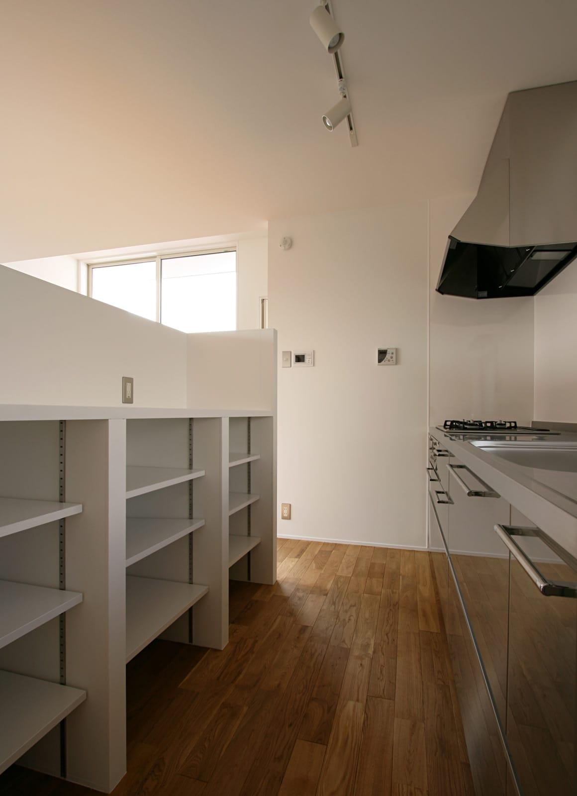 海と山を楽しめる二世帯住宅のキッチン1