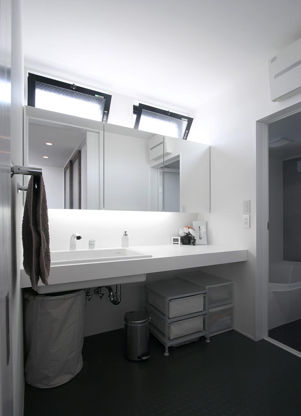 展望バルコニーのある家の浴室・洗面室1
