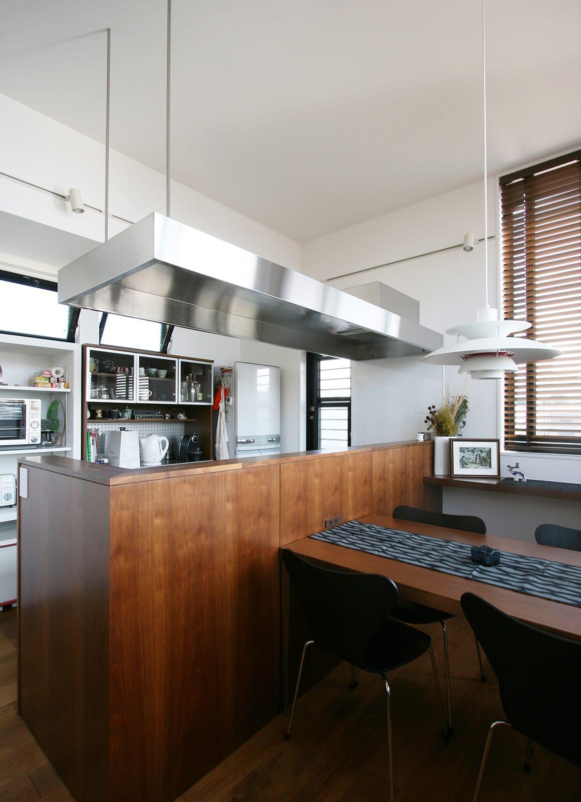 展望バルコニーのある家のキッチン1