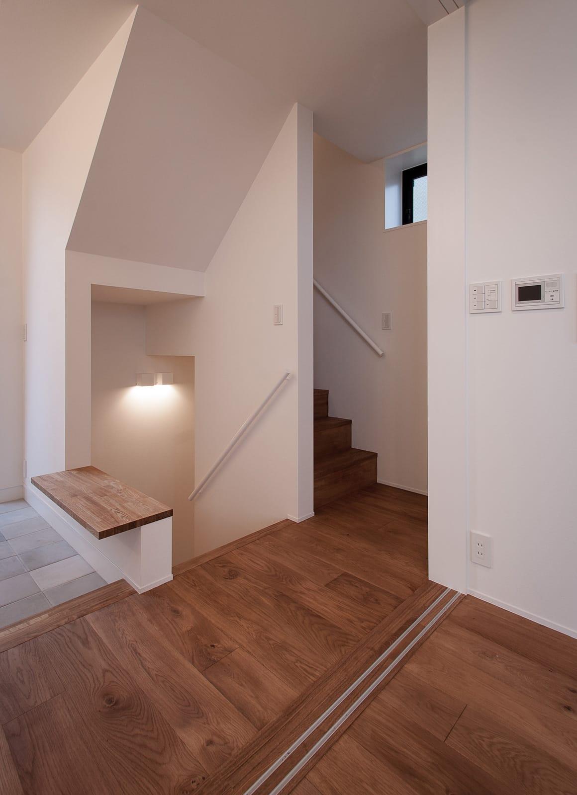 展望バルコニーのある家の階段1