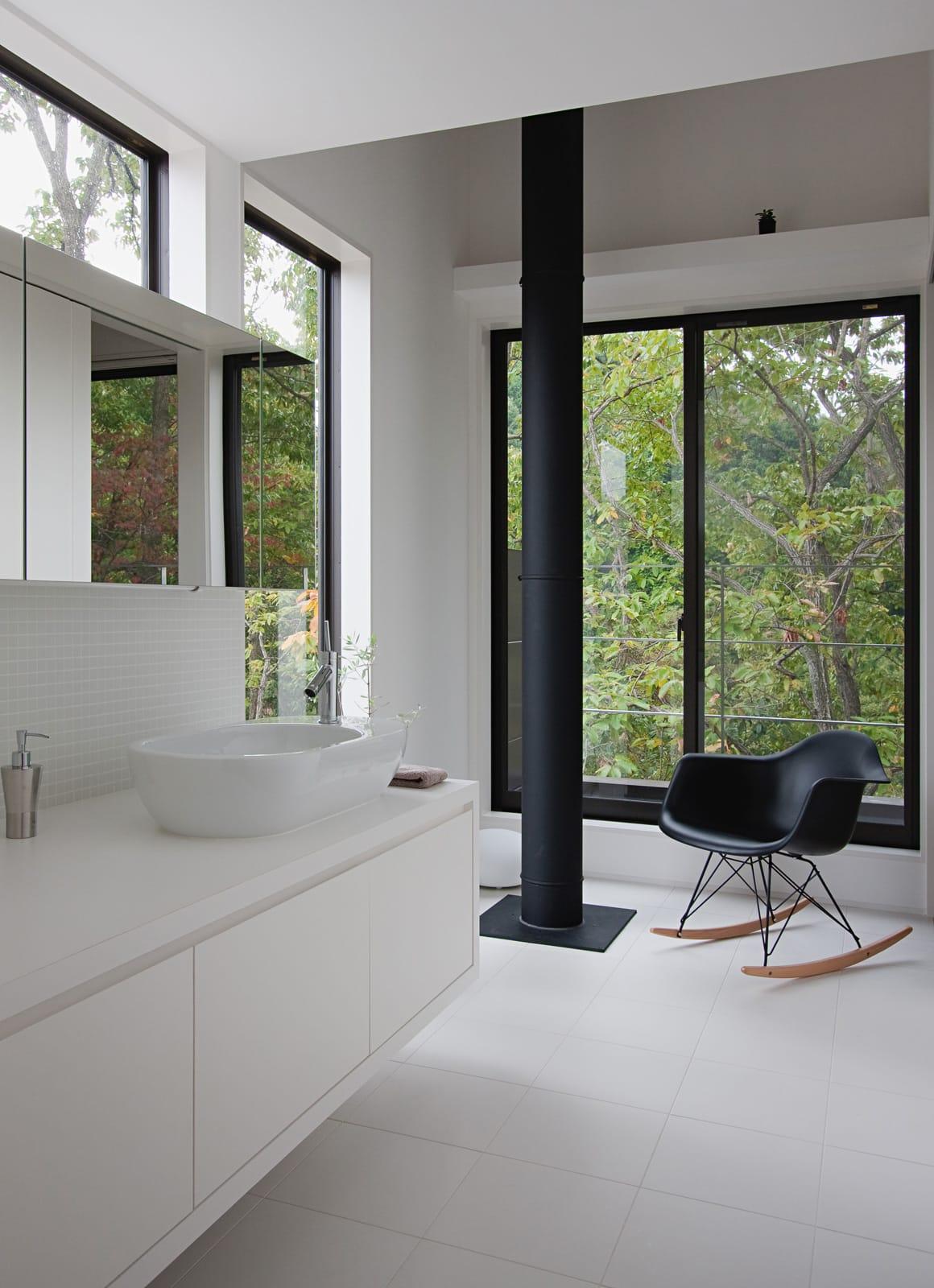 森の緑を楽しむみんなの集まる家の浴室・洗面室1