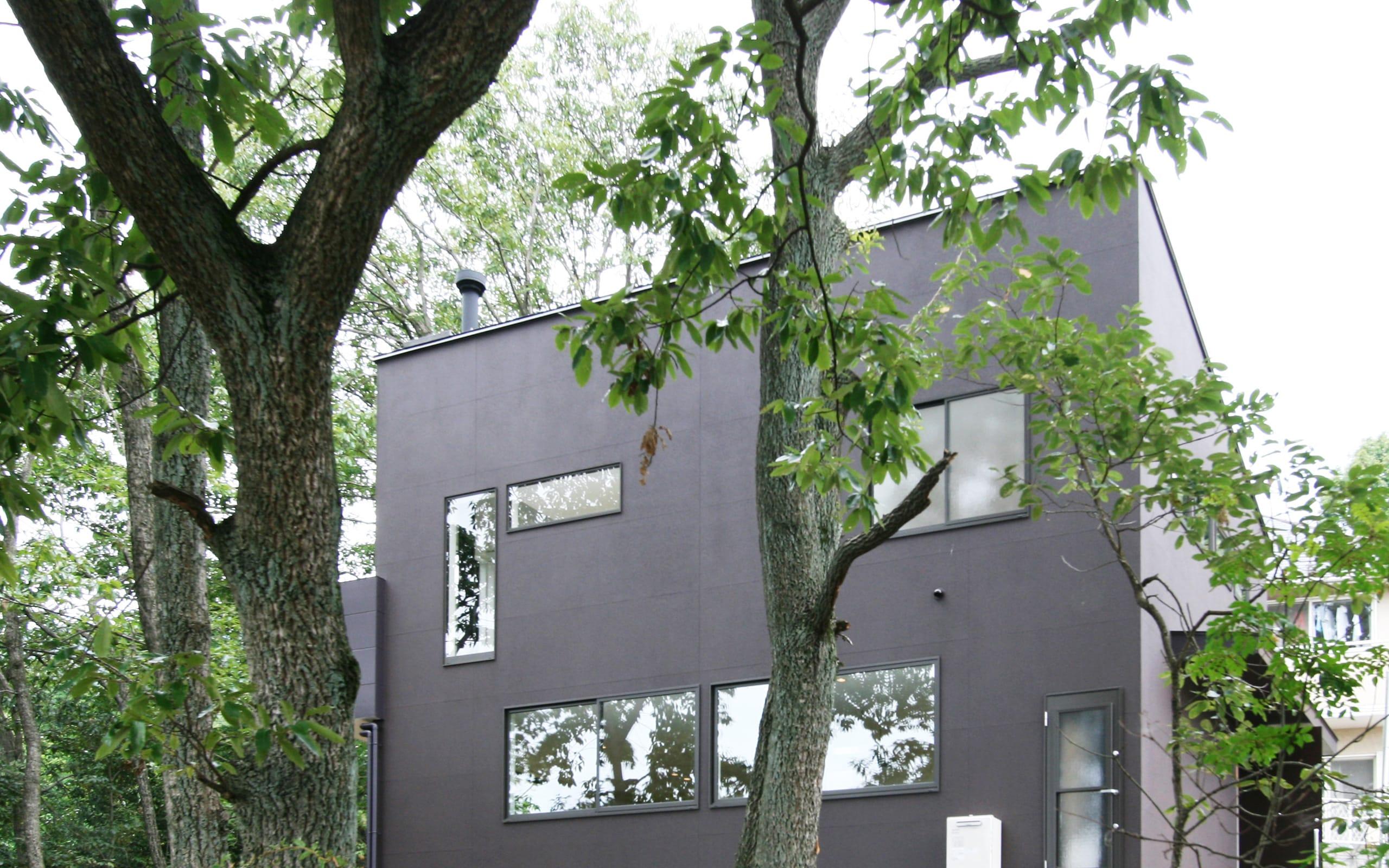 森の緑を楽しむみんなの集まる家の外観1
