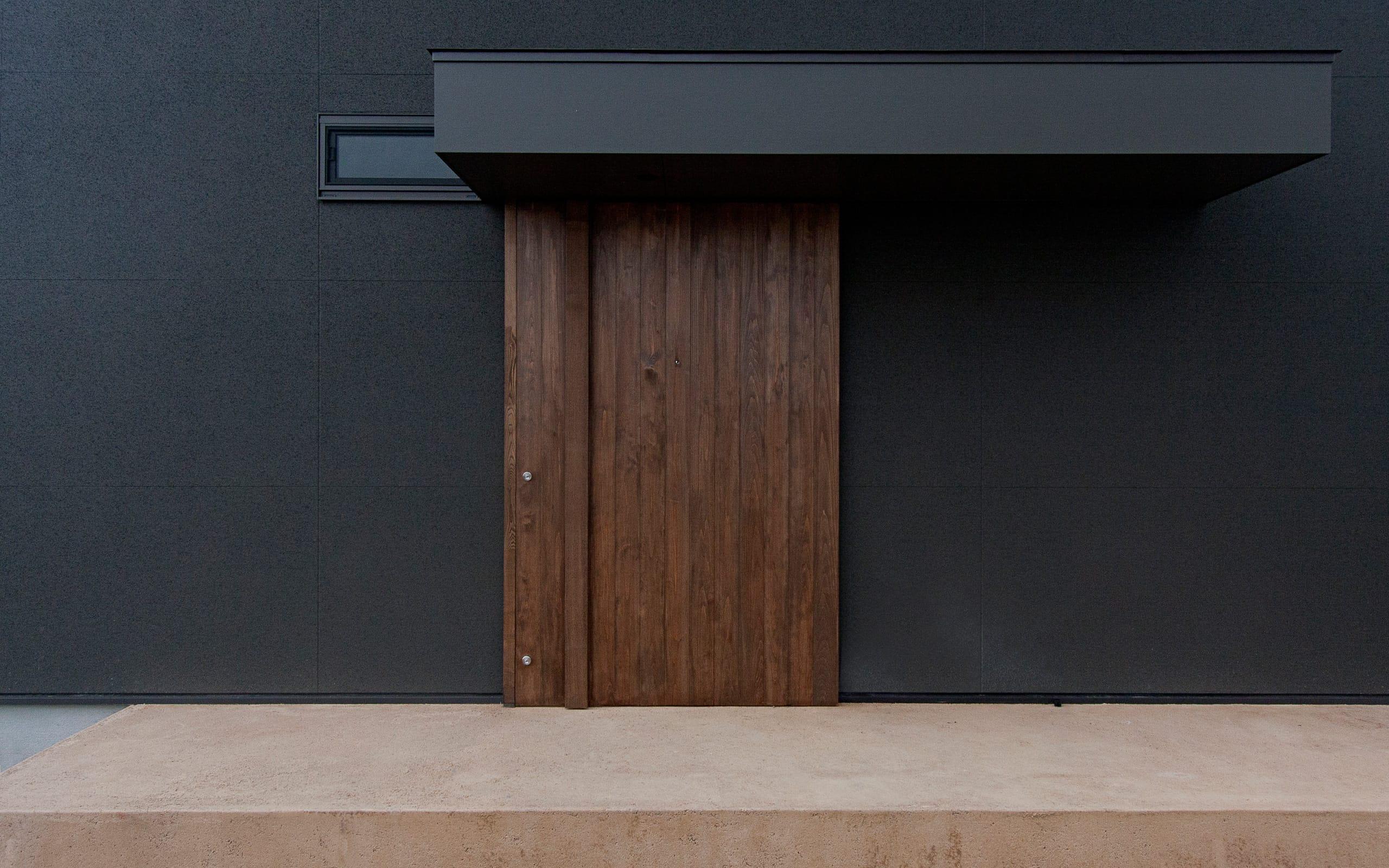 スローライフを楽しめる家のポーチ・玄関扉1