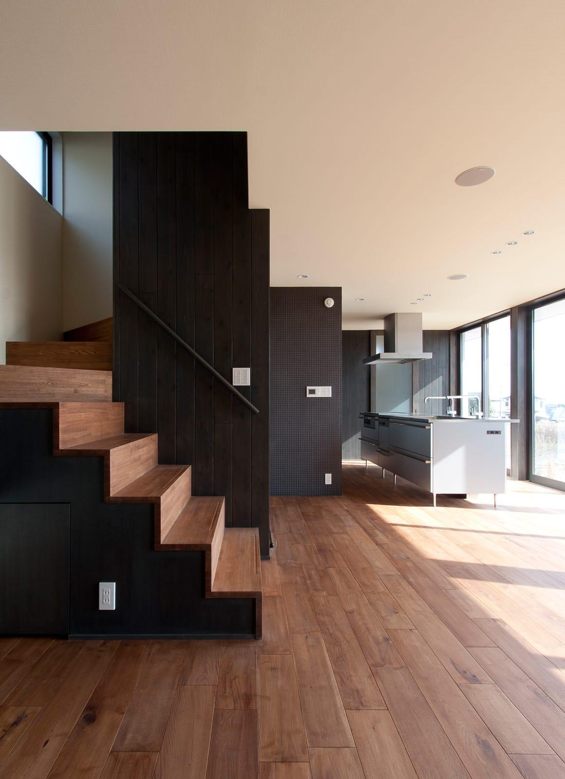 スローライフを楽しめる家の階段(木製)1