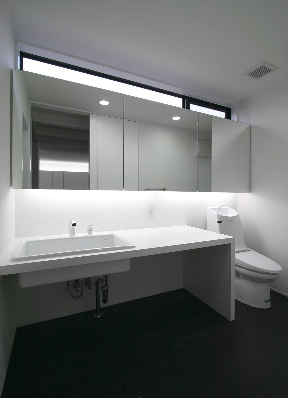 モノトーンハウスの浴室・洗面室1