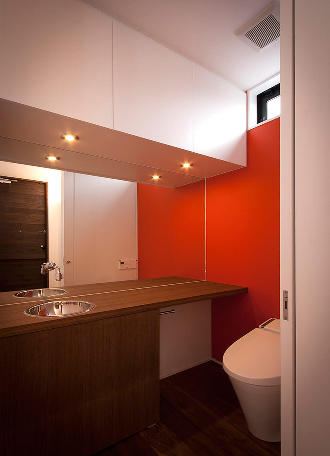 テラスとジャパニーズモダンの家のトイレ1