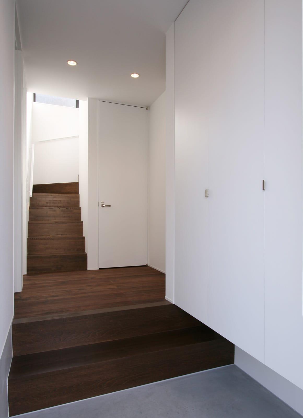開放的なLDKのあるデザイン住宅の玄関(土間・ホール)1