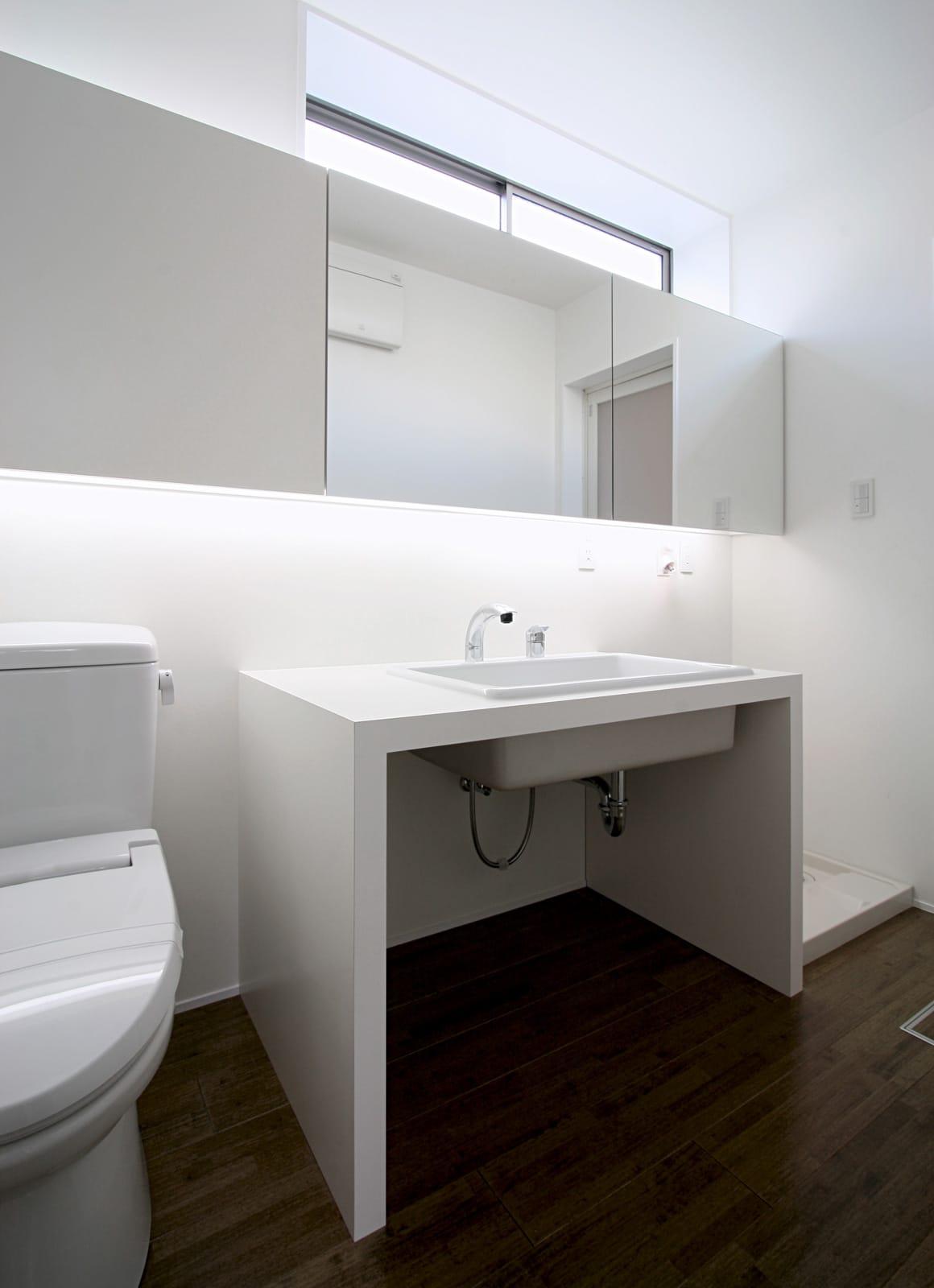 紅い和室のある都市型狭小地住宅の浴室・洗面室1