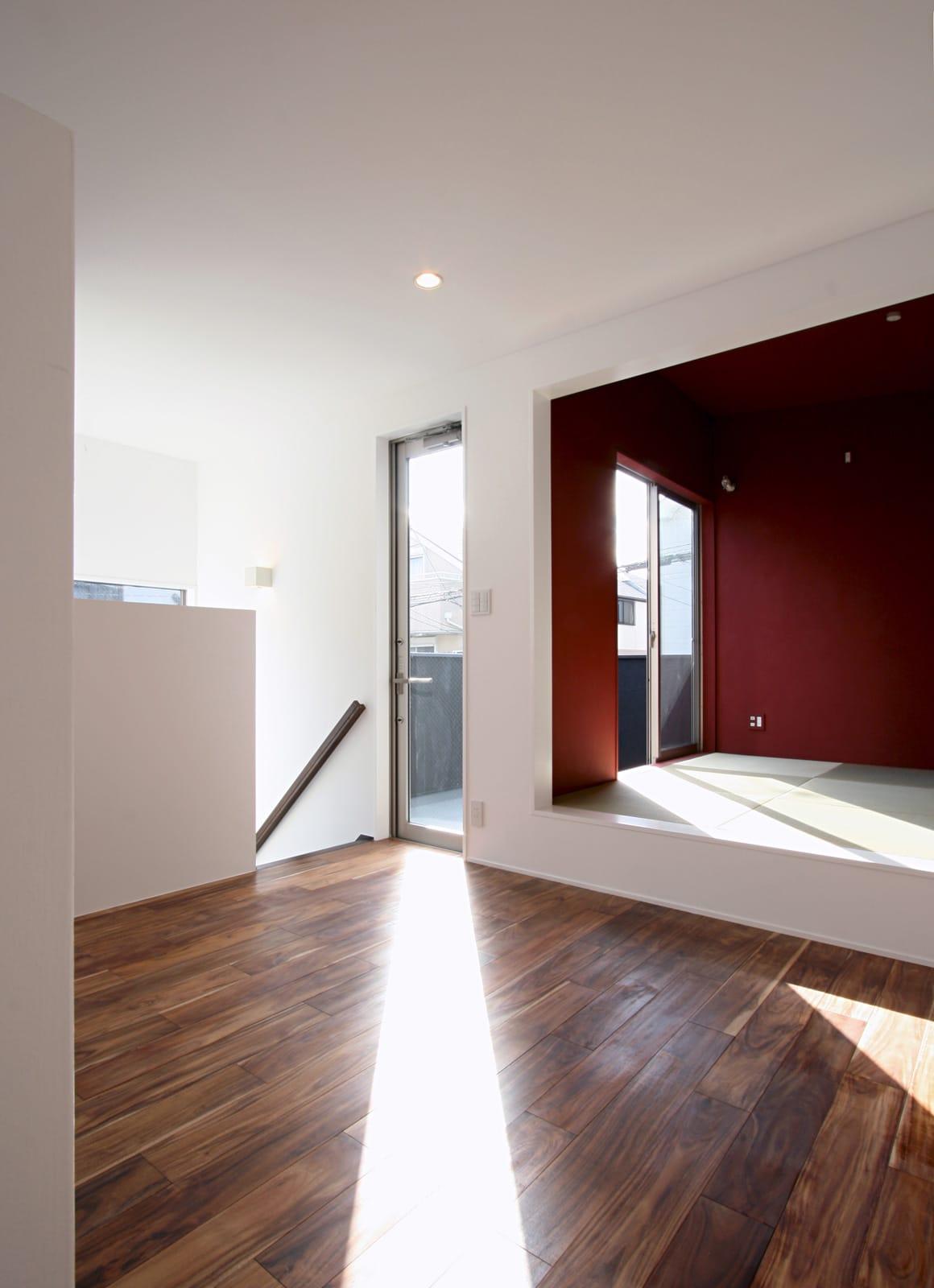 紅い和室のある都市型狭小地住宅のLDK2